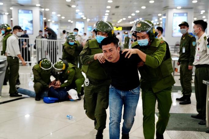 Cận cảnh sân bay Nội Bài kích hoạt báo động khẩn nguy đối phó nhóm gây rối - Ảnh 20.