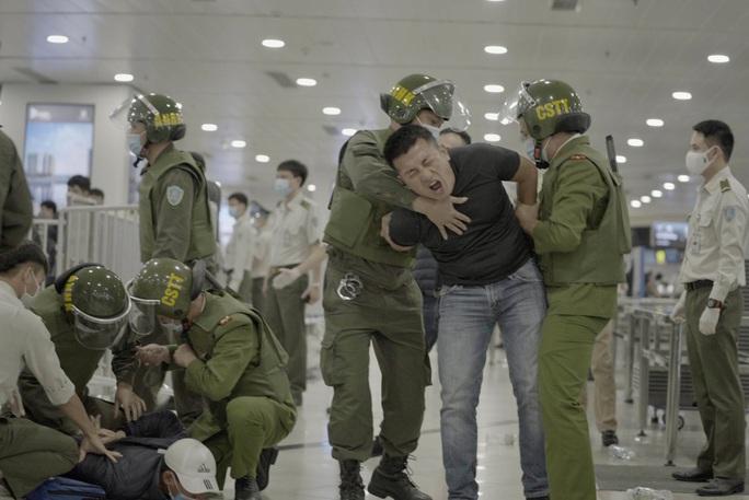 Cận cảnh sân bay Nội Bài kích hoạt báo động khẩn nguy đối phó nhóm gây rối - Ảnh 19.