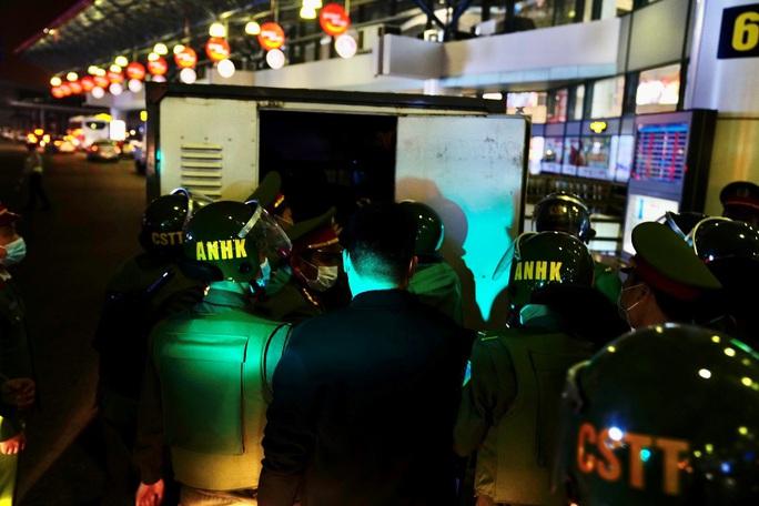 Cận cảnh sân bay Nội Bài kích hoạt báo động khẩn nguy đối phó nhóm gây rối - Ảnh 21.