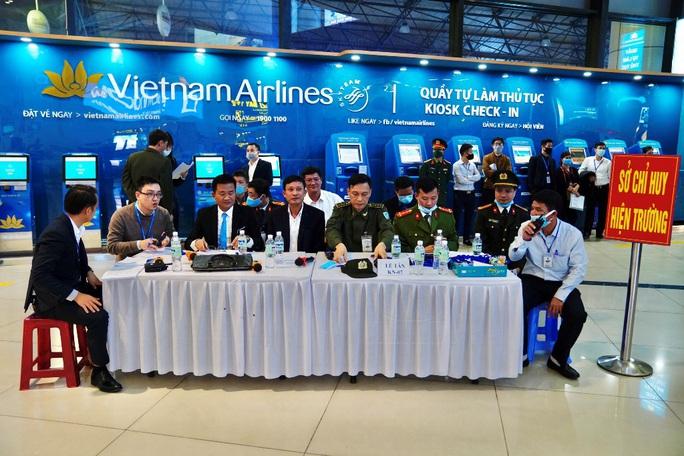 Cận cảnh sân bay Nội Bài kích hoạt báo động khẩn nguy đối phó nhóm gây rối - Ảnh 7.