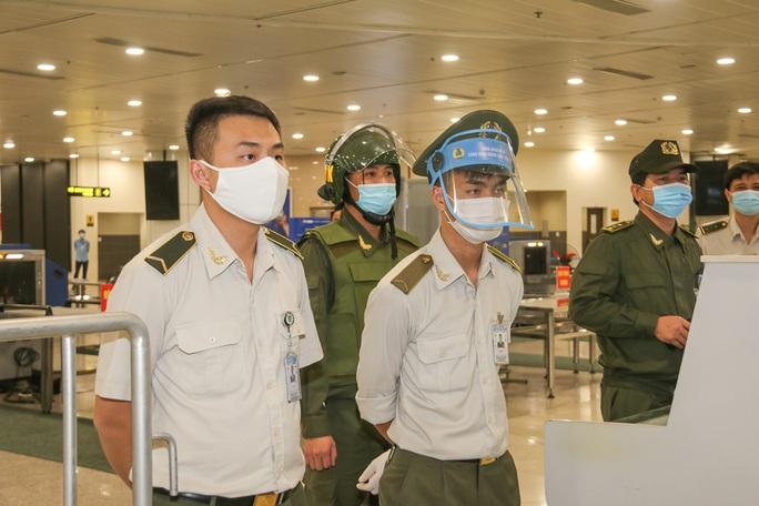 Cận cảnh sân bay Nội Bài kích hoạt báo động khẩn nguy đối phó nhóm gây rối - Ảnh 8.