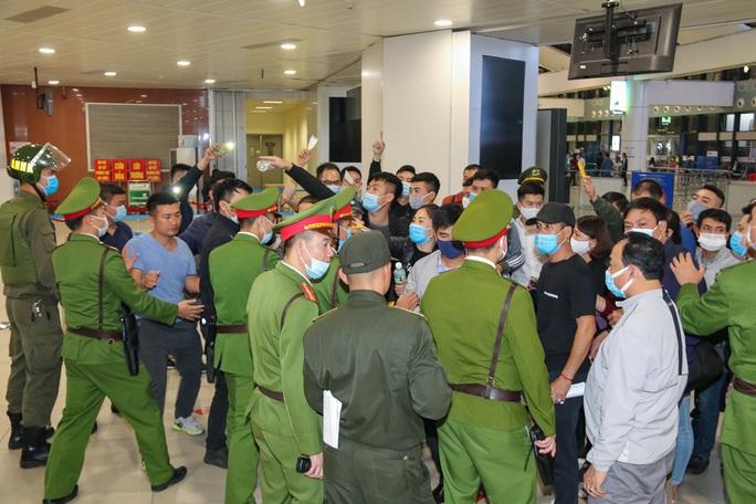 Cận cảnh sân bay Nội Bài kích hoạt báo động khẩn nguy đối phó nhóm gây rối - Ảnh 10.