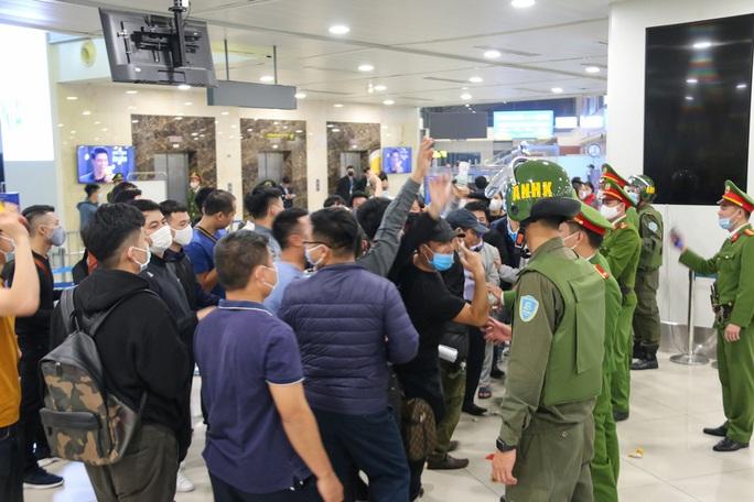 Cận cảnh sân bay Nội Bài kích hoạt báo động khẩn nguy đối phó nhóm gây rối - Ảnh 11.
