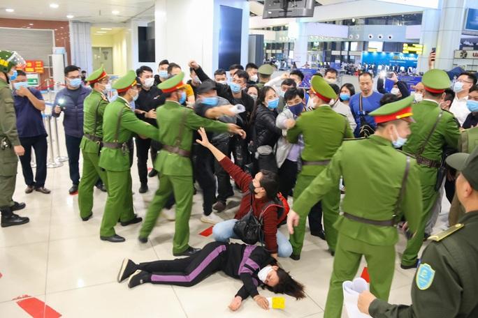 Cận cảnh sân bay Nội Bài kích hoạt báo động khẩn nguy đối phó nhóm gây rối - Ảnh 12.