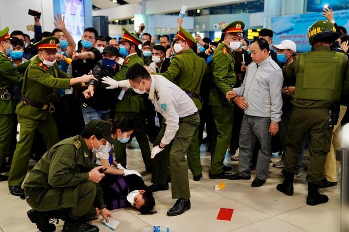 Cận cảnh sân bay Nội Bài kích hoạt báo động khẩn nguy đối phó nhóm gây rối - Ảnh 13.