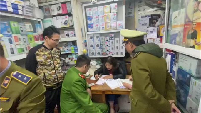 Hai cửa hàng bán khẩu trang với giá cắt cổ bị phạt 20-30 triệu đồng - Ảnh 1.