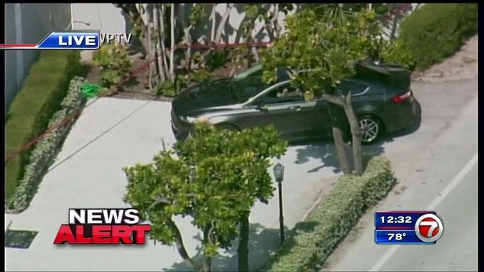 Xe lao qua chốt gác gần dinh thự của Tổng thống Trump, cảnh sát truy đuổi tới cùng - Ảnh 1.