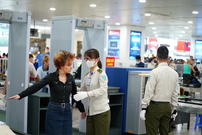 Dòng người đeo khẩu trang tại sân bay Nội Bài - Ảnh 4.