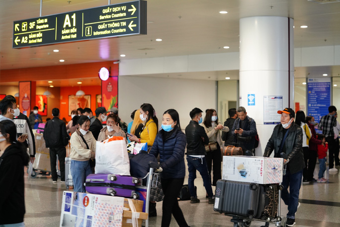Dòng người đeo khẩu trang tại sân bay Nội Bài - Ảnh 8.
