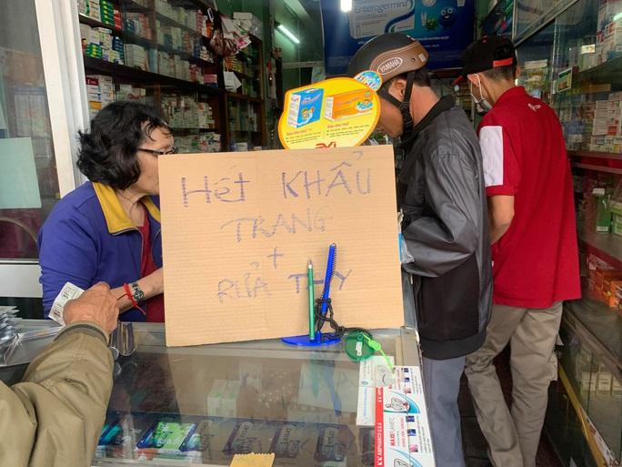 Lo ngại virus Corona, người dân lùng mua khiến khẩu trang y tế cháy hàng - Ảnh 1.