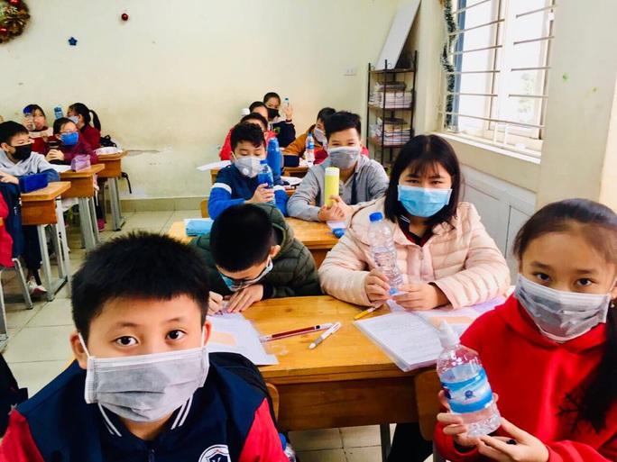Bộ Y tế: Giáo viên, học sinh không cần đeo khẩu trang khi ở trường - Ảnh 1.