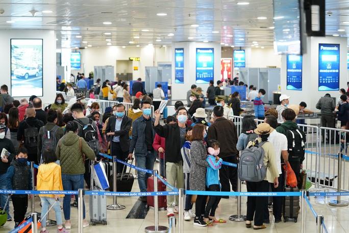 Dòng người đeo khẩu trang tại sân bay Nội Bài - Ảnh 14.
