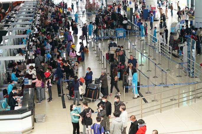 Dòng người đeo khẩu trang tại sân bay Nội Bài - Ảnh 15.