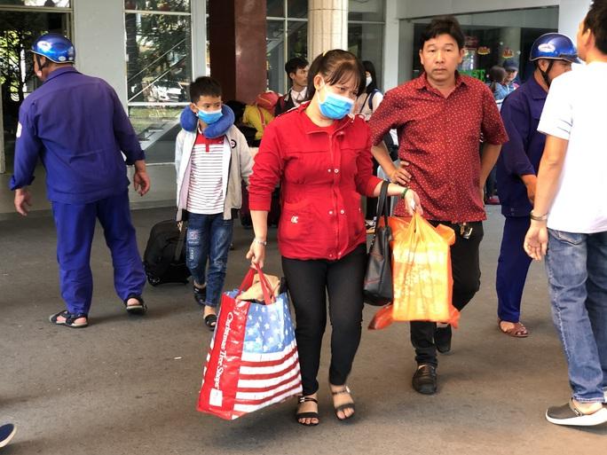 TP HCM: Người lao động phấn khởi quay lại làm việc sau Tết - Ảnh 1.