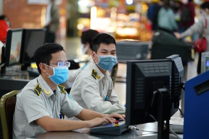 Dòng người đeo khẩu trang tại sân bay Nội Bài - Ảnh 19.