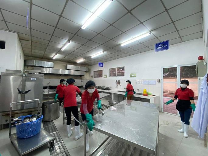 3.000 trường học Hà Nội phun thuốc tẩy trùng phòng dịch virus corona - Ảnh 8.