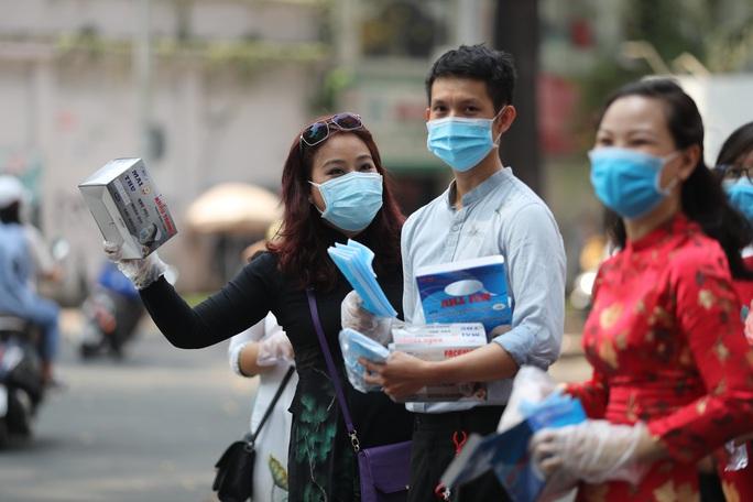 Phòng virus corona: Báo Người Lao Động làm cầu nối phát khẩu trang miễn phí - Ảnh 1.