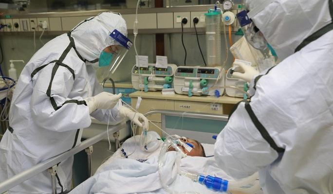 """Bệnh viện """"vỡ trận"""", tính mạng y bác sĩ bị đe dọa hơn người nhiễm virus corona - Ảnh 1."""