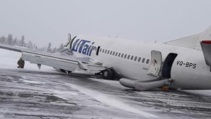Càng bị lỗi, máy bay nằm sấp bụng trên cánh đồng tuyết ở Nga - Ảnh 1.