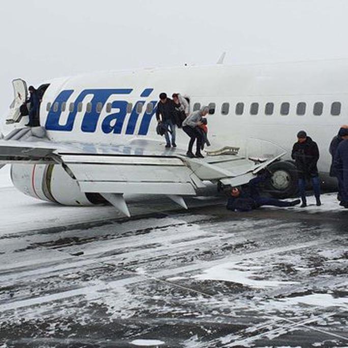 Càng bị lỗi, máy bay nằm sấp bụng trên cánh đồng tuyết ở Nga - Ảnh 2.