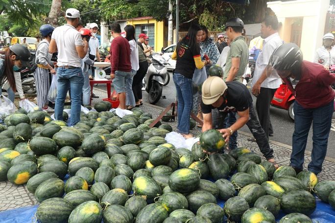 Một buổi sáng, người Hội An giải cứu hơn 7 tấn dưa hấu bí đường sang Trung Quốc - Ảnh 7.