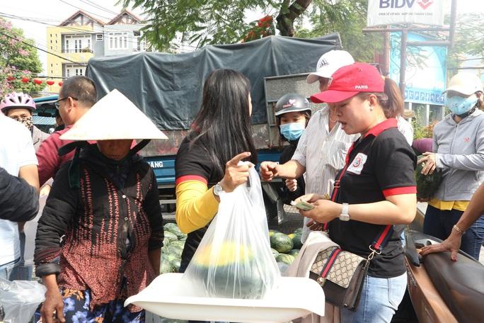 Một buổi sáng, người Hội An giải cứu hơn 7 tấn dưa hấu bí đường sang Trung Quốc - Ảnh 5.