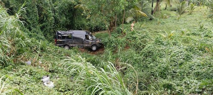 Lao xuống vực sâu, 2 người trên xe Limousine trọng thương - Ảnh 2.