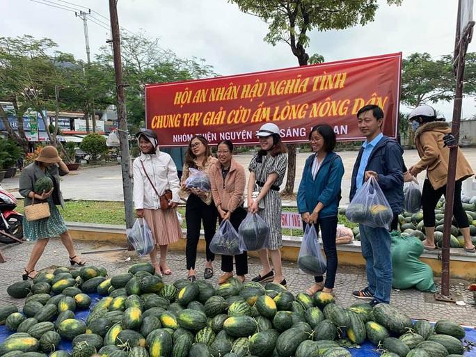 Một buổi sáng, người Hội An giải cứu hơn 7 tấn dưa hấu bí đường sang Trung Quốc - Ảnh 6.