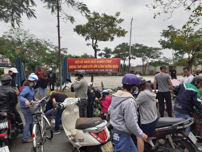 Một buổi sáng, người Hội An giải cứu hơn 7 tấn dưa hấu bí đường sang Trung Quốc - Ảnh 4.