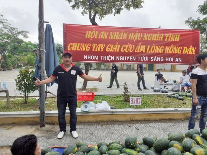 Một buổi sáng, người Hội An giải cứu hơn 7 tấn dưa hấu bí đường sang Trung Quốc - Ảnh 1.