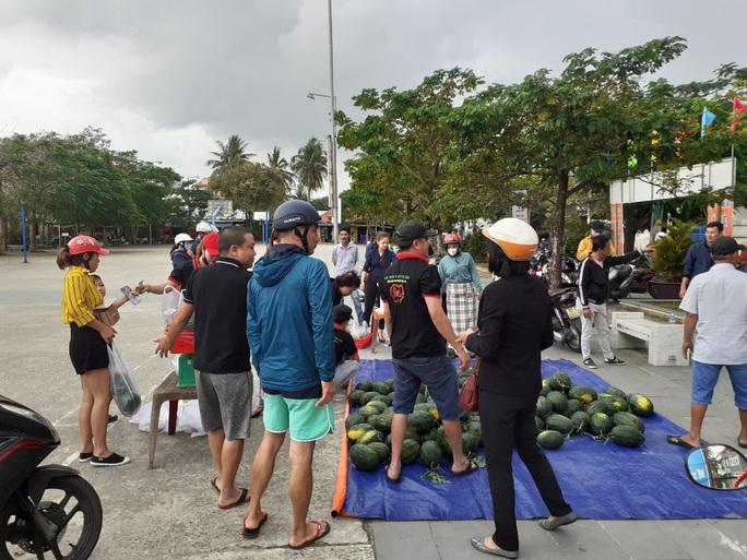 Một buổi sáng, người Hội An giải cứu hơn 7 tấn dưa hấu bí đường sang Trung Quốc - Ảnh 10.