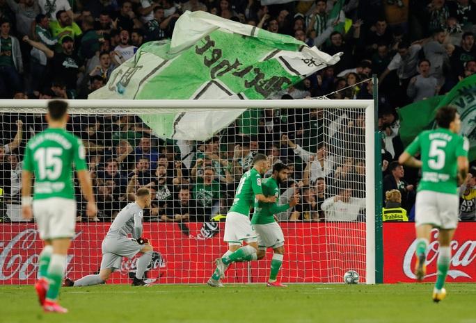 Rượt đuổi tỉ số điên rồ, Barcelona ngược dòng hạ chủ nhà Betis - Ảnh 4.