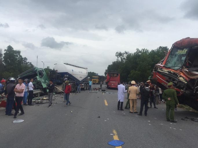 Tai nạn liên hoàn giữa 3 ôtô, nhiều người bị thương nặng - Ảnh 4.