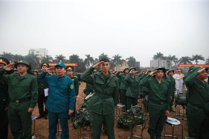 Hàng ngàn thanh niên Thủ đô đeo khẩu trang, đo thân nhiệt trước khi lên đường nhập ngũ - Ảnh 6.