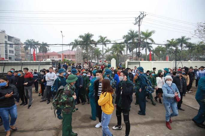 Hàng ngàn thanh niên Thủ đô đeo khẩu trang, đo thân nhiệt trước khi lên đường nhập ngũ - Ảnh 13.