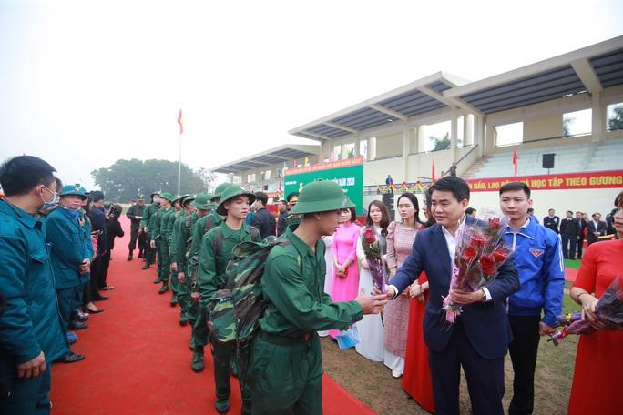 Hàng ngàn thanh niên Thủ đô đeo khẩu trang, đo thân nhiệt trước khi lên đường nhập ngũ - Ảnh 3.