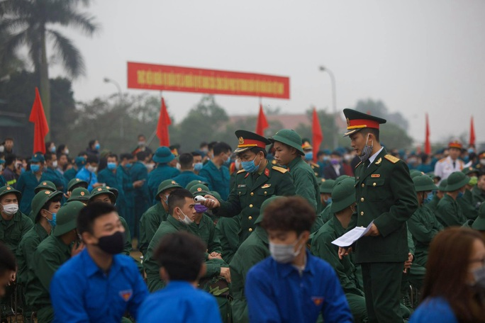 Hàng ngàn thanh niên Thủ đô đeo khẩu trang, đo thân nhiệt trước khi lên đường nhập ngũ - Ảnh 5.