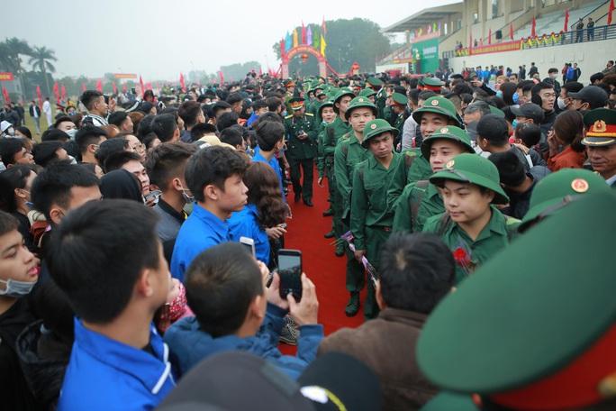 Hàng ngàn thanh niên Thủ đô đeo khẩu trang, đo thân nhiệt trước khi lên đường nhập ngũ - Ảnh 12.