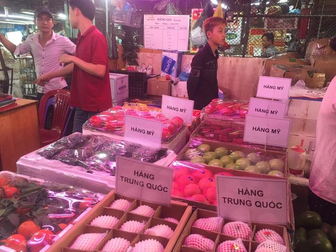 Các cửa khẩu tạm đóng sao rau củ quả Trung Quốc vẫn bán đầy chợ? - Ảnh 2.