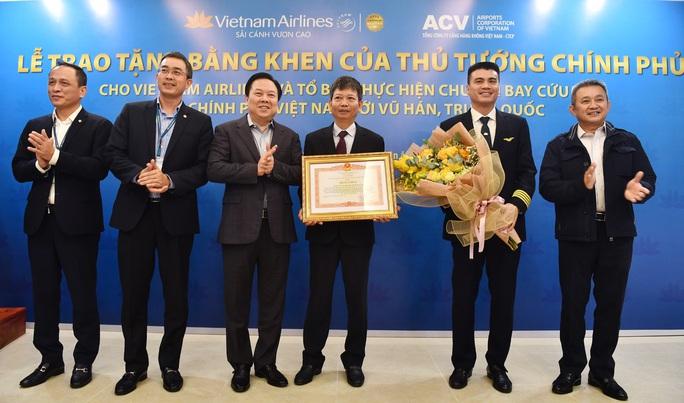 Thủ tướng tặng bằng khen tổ bay Vietnam Airlines thực hiện chuyến bay tới Vũ Hán - Ảnh 1.