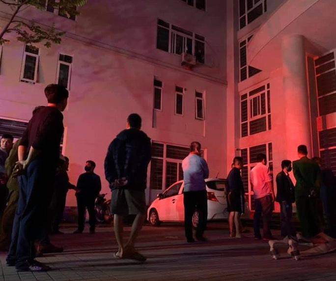 Cháy khu nhà ở của sinh viên, 7 nạn nhân mắc kẹt tại tầng 8 - Ảnh 2.