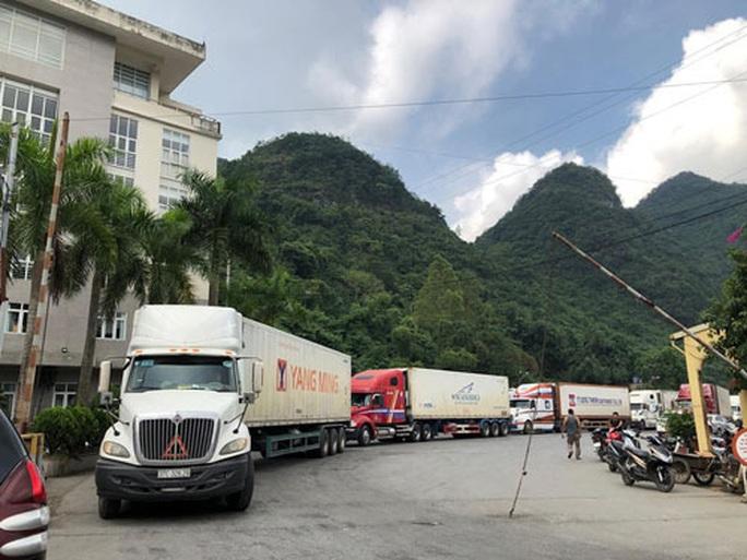 Tài xế phải mặc đồ phòng hộ khi chở hàng hóa qua cửa khẩu sang Trung Quốc  - Ảnh 1.
