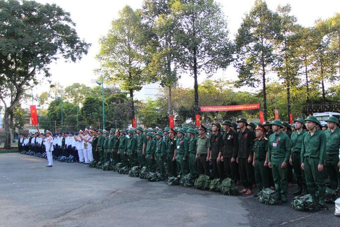 Hàng ngàn thanh niên TP HCM lên đường nhập ngũ - Ảnh 3.
