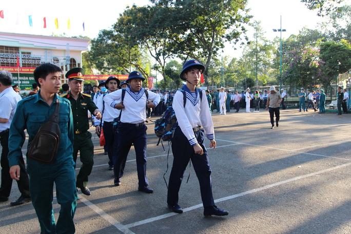 Hàng ngàn thanh niên TP HCM lên đường nhập ngũ - Ảnh 4.