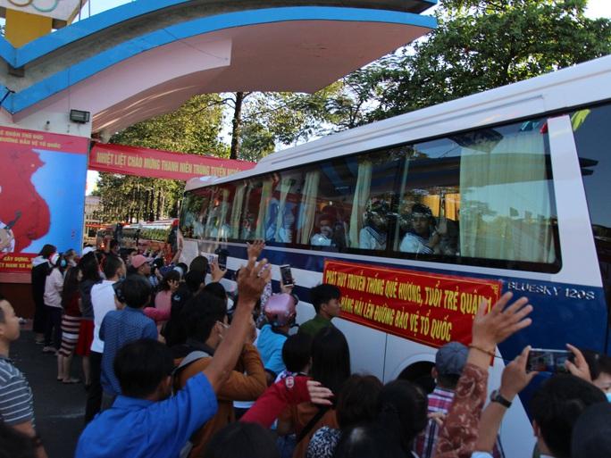 Hàng ngàn thanh niên TP HCM lên đường nhập ngũ - Ảnh 7.