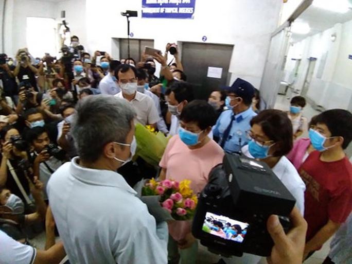 Bệnh nhân Trung Quốc xuất viện, cảm ơn Chính phủ Việt Nam và Bệnh viện Chợ Rẫy - Ảnh 1.