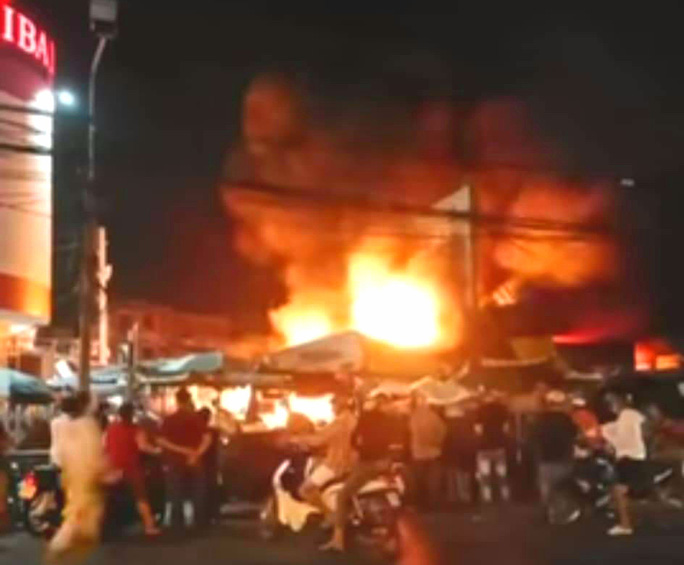 Thót tim cháy chợ ngùn ngụt gần trụ sở ngân hàng trong đêm - Ảnh 1.