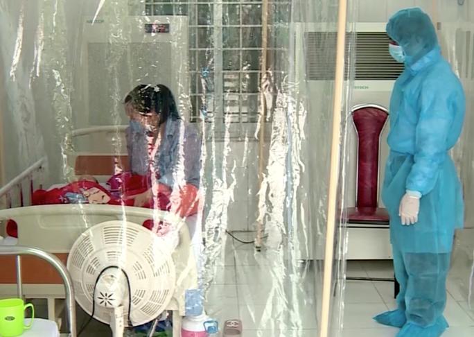 Bé gái 3 tháng tuổi nhiễm Covid-19 được chuyển về Bệnh viện Nhi Trung ương - Ảnh 1.