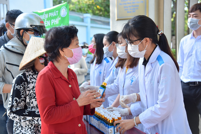 Tỏa sáng tình người: Sản xuất nước rửa tay sát khuẩn phát miễn phí - Ảnh 1.