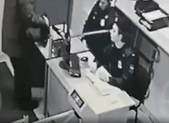 Tại sao cựu quan chức nhà tù Nga có thể rút súng tự tử ngay giữa tòa? - Ảnh 2.